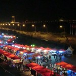 marché de nuit devant le mékong