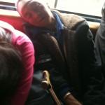 mamie dormant dans la jeepney