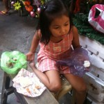 Petite fille vivant sur le trottoir...
